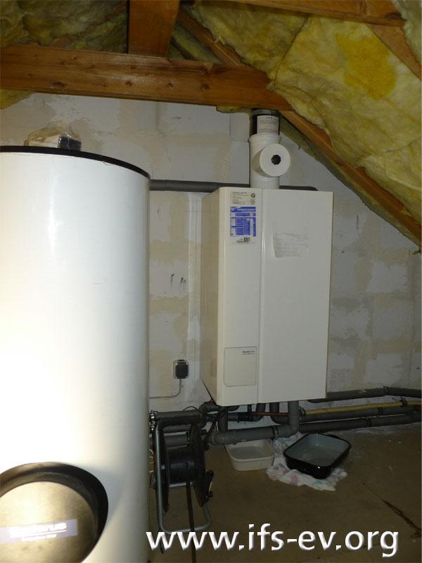 Die Heizungsanlage auf dem Dachboden: Links befindet sich der Warmwasserspeicher, hinten die Gastherme.