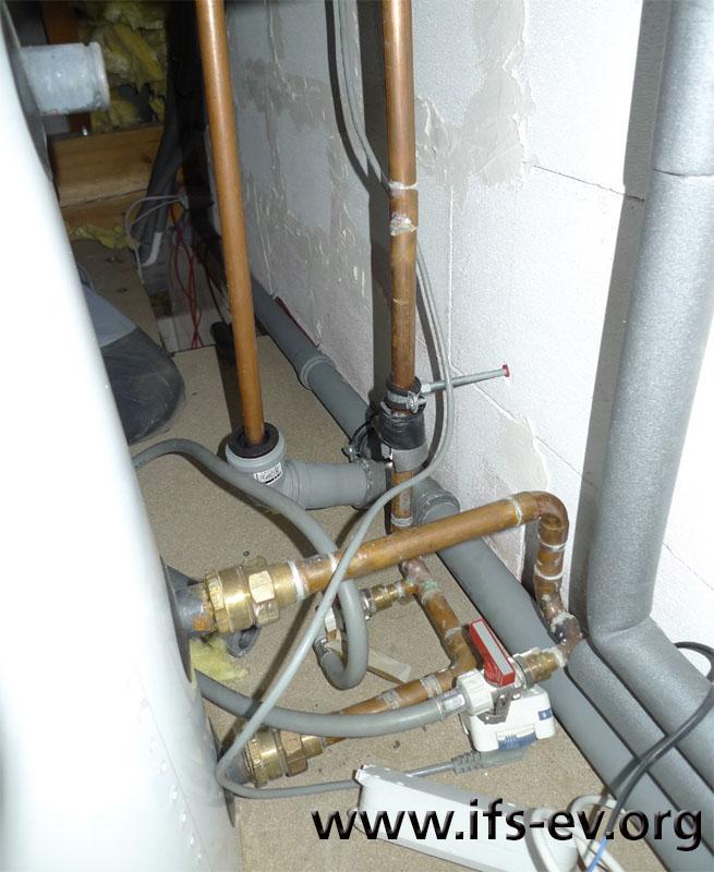 In der Bildmitte ist die Trinkwassereinspeisung zu sehen, an der sich die Leckage befand.