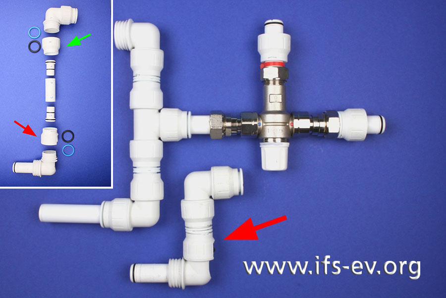 Der Leitungsabschnitt mit der undichten Steckverbindung (Pfeil) und ein Vergleichsabschnitt; das kleine Bild zeigt die Komponenten des betroffenen Abschnitts.