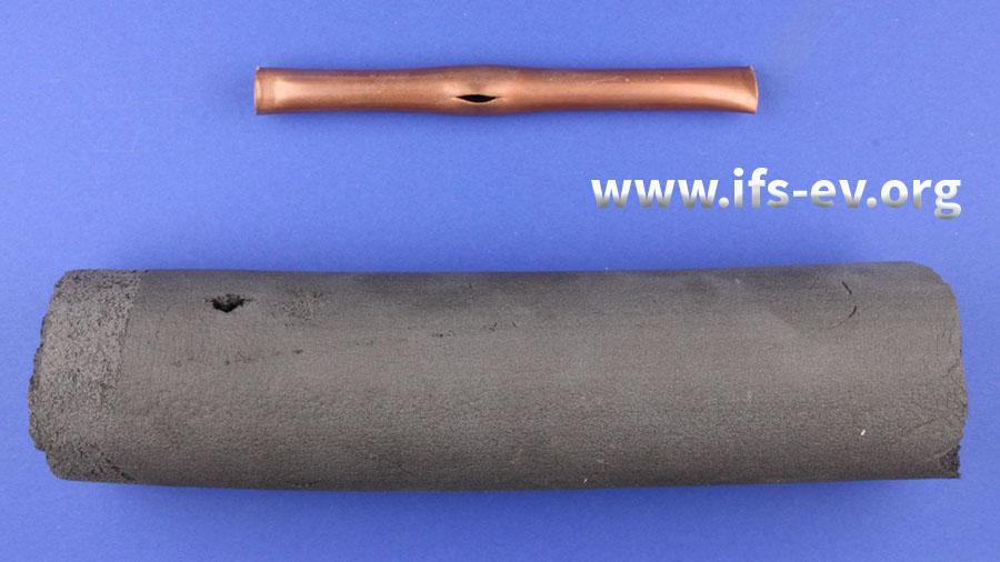 Das Kupferrohr ist über eine Länge von 1,6 cm aufgerissen. Auch an der Rohrdämmung ist die entsprechende Stelle beschädigt.