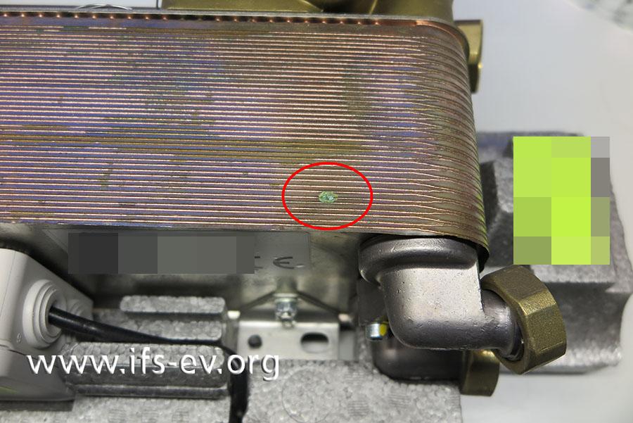 Außen ist am Wärmetauscher eine kleine Ablagerung von grünen Korrosionsprodukten zu erkennen.