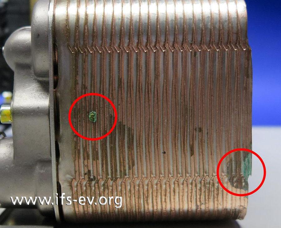 Auf diesem Bild sind zwei weitere Stellen mit Ablagerungen markiert.