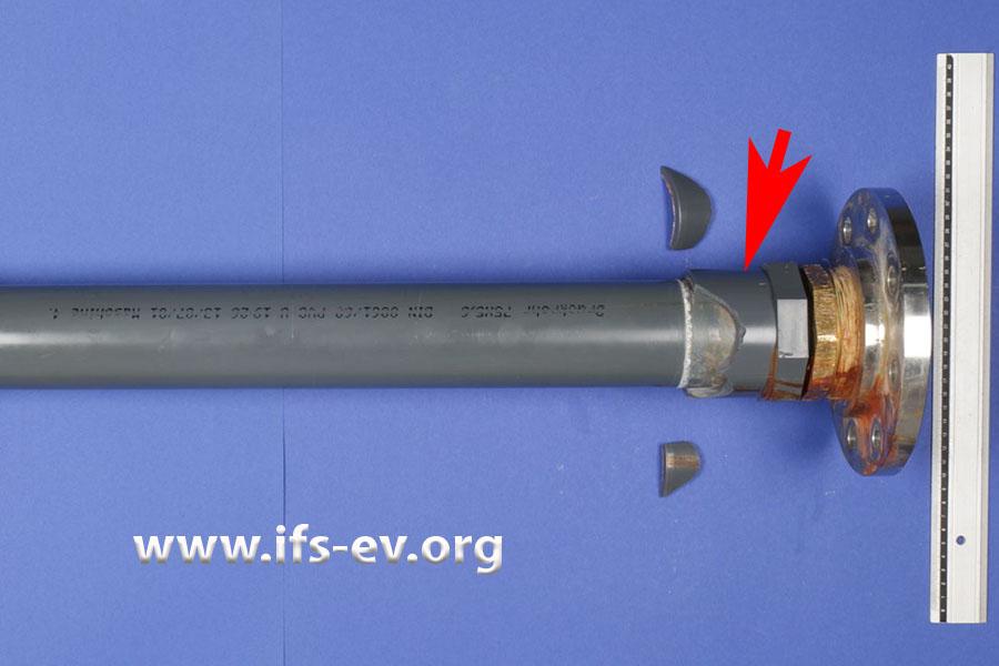 An der Klebeverbindung zwischen dem Rohr und der Kunststoffmuffe (Pfeil) war im Feuerwehrgerätehaus Wasser ausgetreten.