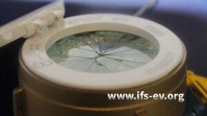 Das Schauglas des Wasserzählers ist sternförmig geborsten.