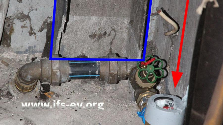 Der Wasserzähler (Pfeil) war vor einem Zuluftschacht installiert, den wir zur Verdeutlichung blau markiert haben.