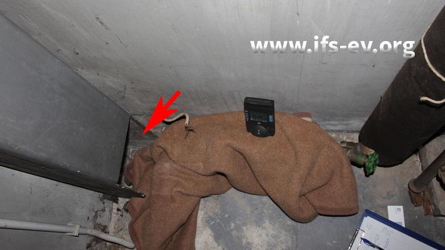 Der Pfeil markiert den Zuluftschacht. In der Decke befindet sich der bereits neu installierte Wasserzähler.