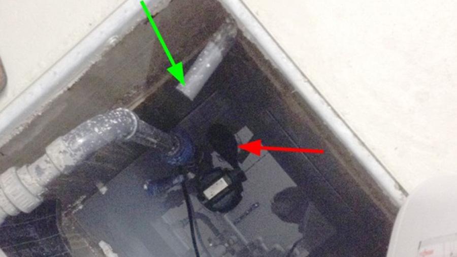 Nach dem Schaden wurde die Pumpe von der Wand weggedreht, so dass der Schwimmer (roter Pfeil) frei ist. Der Zulauf (grüner Pfeil) befindet sich über dem Bereich des Schwimmers.