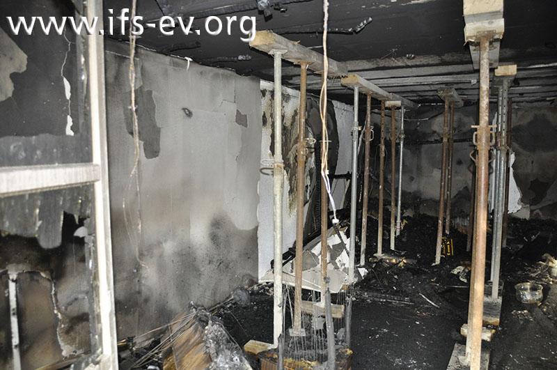Die Decke im Brandraum wird gestützt; die Saunakabine ist bis auf die Sockelleiste verbrannt.