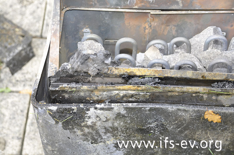 Ablagerungen von verbranntem Kunststoff am Saunaofen