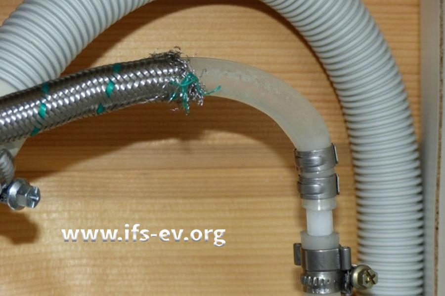 Bei der Reparatur wurde der Fehler wiederholt: Das Metallgeflecht des Flexschlauches wurde zum Teil entfernt.