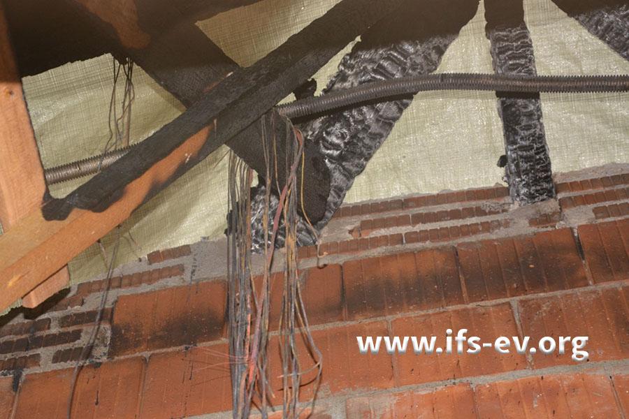 Die Leitungen der PV-Anlage hängen lose über einem Balken.