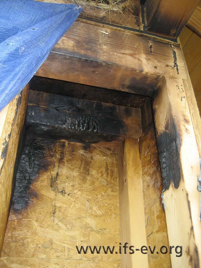 Einbrennungen an den Balken in der Nische.