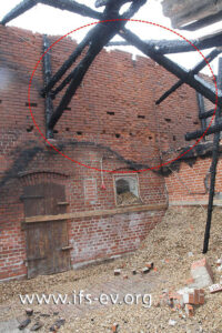 Oberhalb der Lagerhöhe gibt es Abplatzungen am Ziegelmauerwerk.
