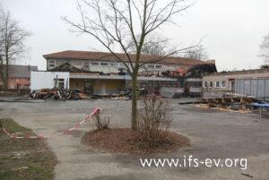 Blick vom Schulhof auf das Gebäude: Der Dachstuhl des eingeschossigen Teils wurde zerstört.