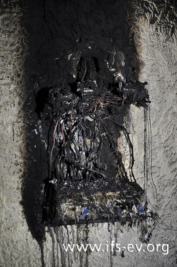 Die verbrannten Reste der Elektro-Unterverteilung im Keller