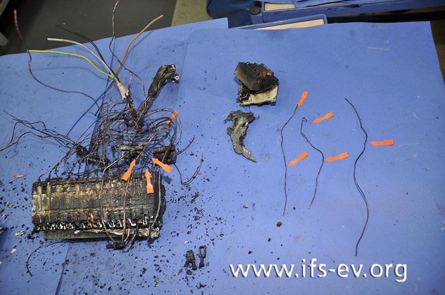 Bei der Untersuchung im Elektrolabor findet der Gutachter zahlreiche Schmelzspuren, die hier mit Pfeilen markiert sind.