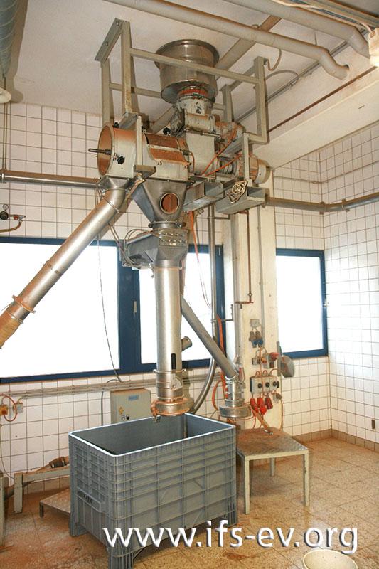 Direkt unter dem Mahlwerk stehen im Erdgeschoss die Siebmaschine und die Abfüllung.