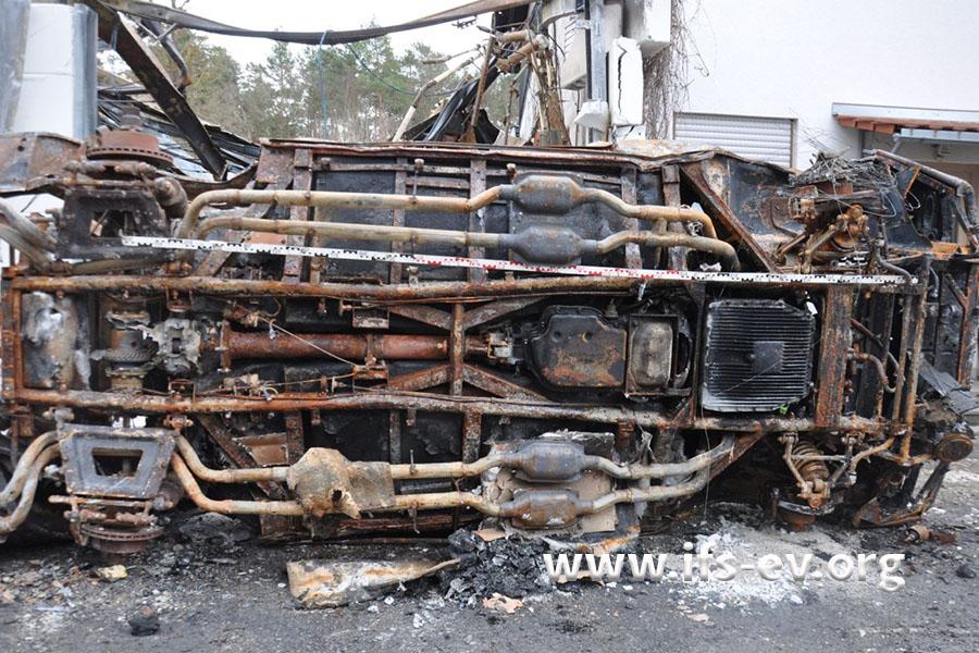 Die Unterseite des Sportwagens, an dem der Inhaber gearbeitet hat