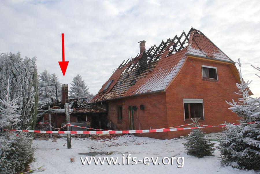 Das Feuer ist im Anbau entstanden (Pfeil) und hat dann auf das Wohnhaus übergegriffen.