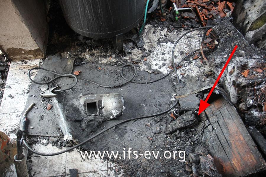 Im Brandschutt liegen die Schweißermaske und auch angebranntes Holz, das im Anbau gelagert war.