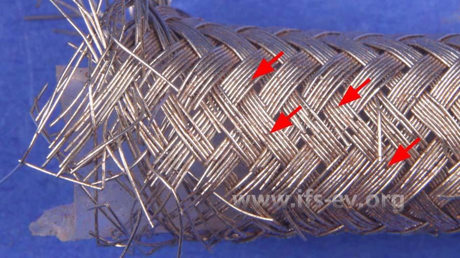 Der schadenursächliche Schlauch ist geplatzt. Er ist an zahlreichen Stellen korrodiert (Pfeile).