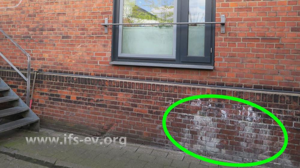 Das Wasser lief an der Außenfassade des Restaurants aus der Wand.