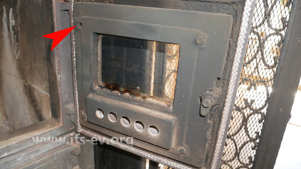 Die fehlende Schraube in der Brennraumtür wurde nicht durch eine Druckwelle fortgeschleudert.
