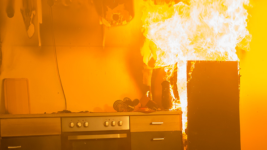 Hier hat das Feuer bereits auf dem Kühlschrank übergegriffen ( Beispielfoto).