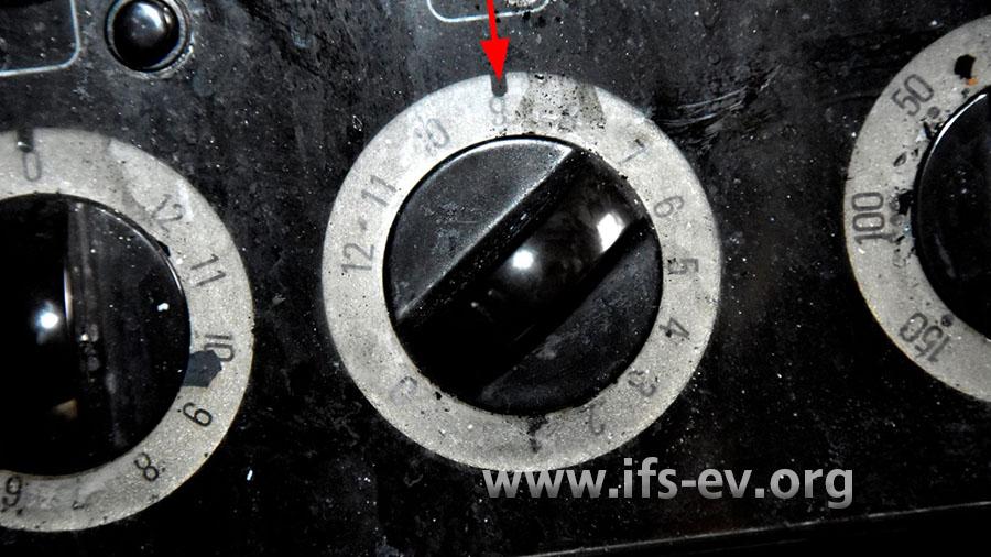 Der Drehschalter für das vordere rechte Kochfeld befindet sich in der Stellung 9 von 12 (Pfeil).