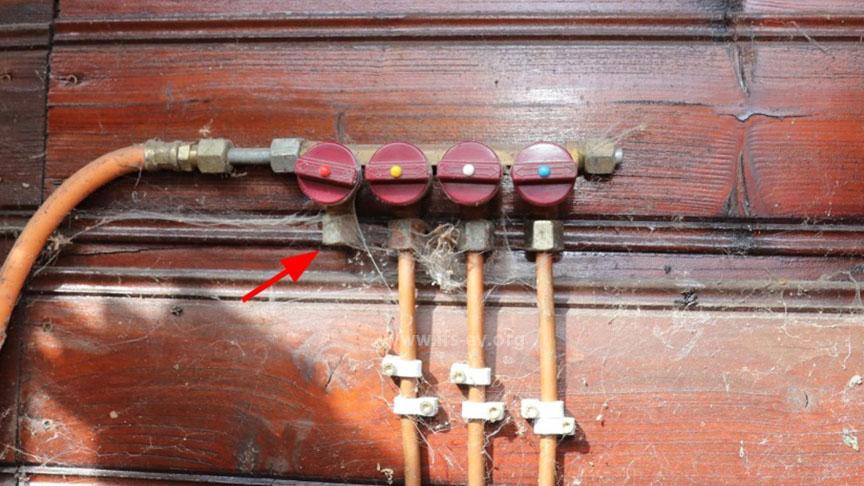 Der erste Abgang des Verteilerblocks ist nicht belegt; der rechte Abgang führt zu dem offenen Anschluss im Hauptraum.