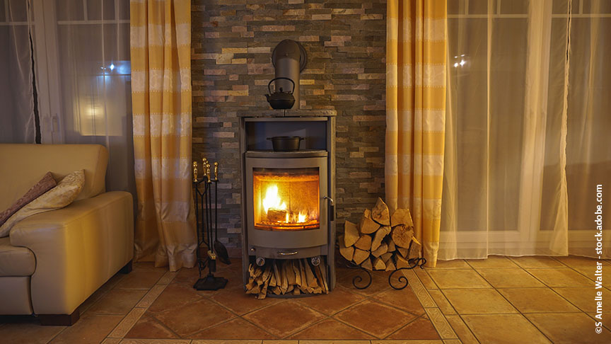 Wenn der Korb mit dem Brennholz zu nah am Ofen steht, kann es gefährlich werden.