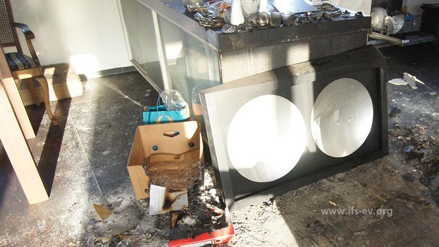 Am Küchenblock lehnt ein Rahmen mit zwei Hohlspiegeln.