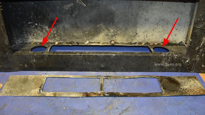 Die Pfeile deuten auf die noch übrigen Aussparungen für die ursprünglichen Brenntöpfe. Im  Vordergrund liegt die neue Bodenplatte.