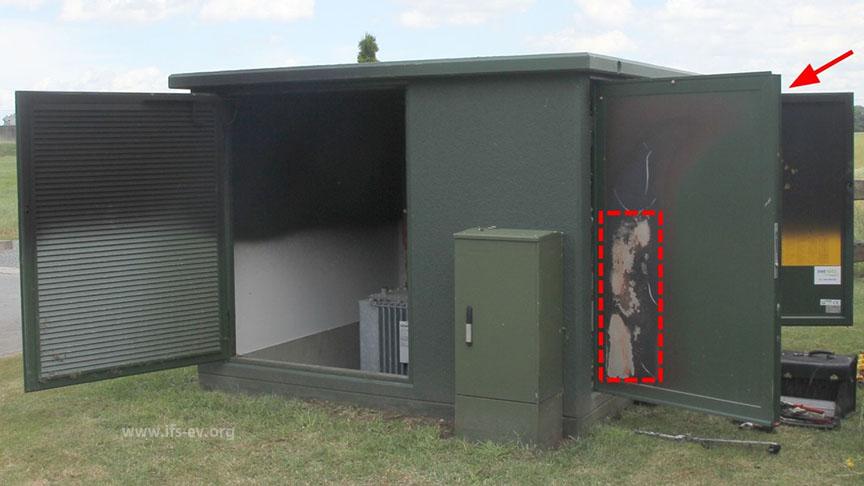 Die Einhausung der Trafostation: Hinter dem Bereich, an dem an der Tür die Farbe durch Hitze verbrannt ist, befindet sich die Brandausbruchsstelle.