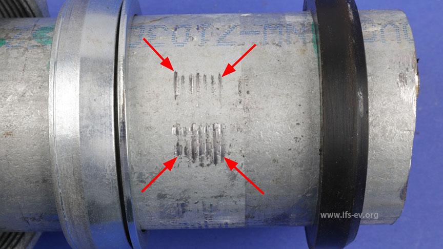 Eine gelöste Vergleichsverbindung: Der links zu sehende Klemmring hat auf dem Rohr deutliche Abdrücke hinterlassen (Pfeile).