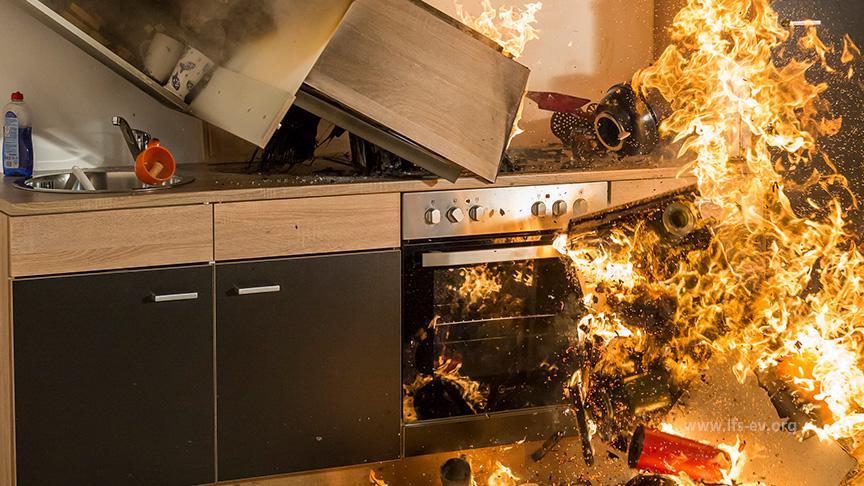 Das Feuer auf dem Herd hat auf die Einbauküche übergegriffen.