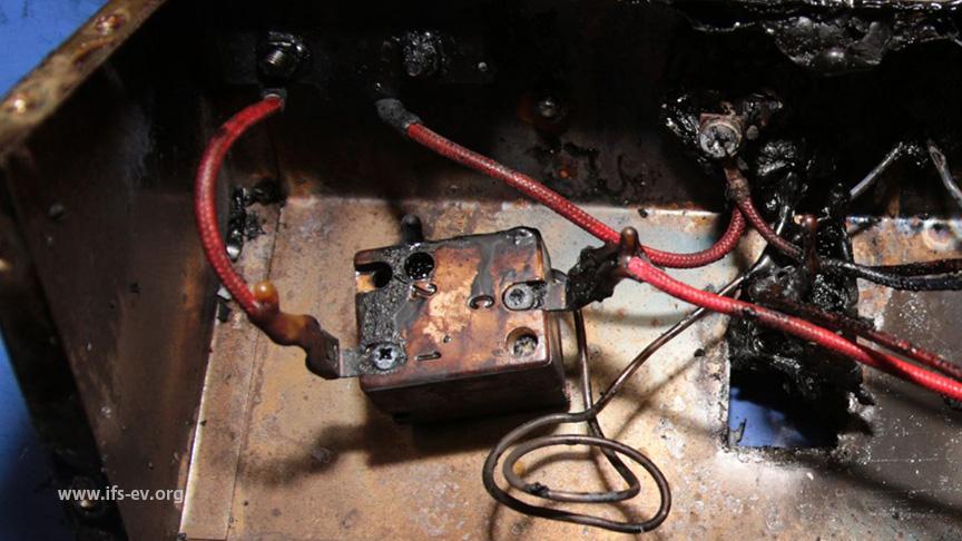 Blick auf die elektrotechnischen Komponenten: Der Schutztemperaturbegrenzer ist im rechten Frittierbecken korrekt angeschlossen.