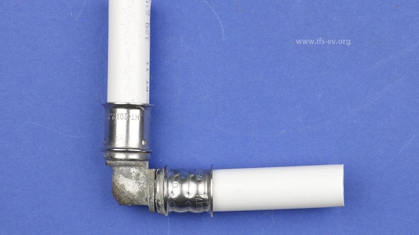 Der schadenursächliche Rohrleitungsabschnitt. Schon optisch fällt an den Presshülsen ein Unterschied auf