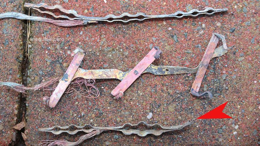 Die Überreste der Steckdosenleiste: Eine der Schienen ist abgeschmolzen (Pfeil).