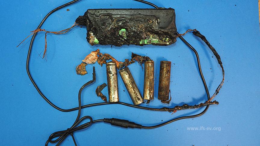 Im Brandschutt lagen der mehrere defekte Lithium-Akkuzellen und das angeschmolzene Ladegerät.
