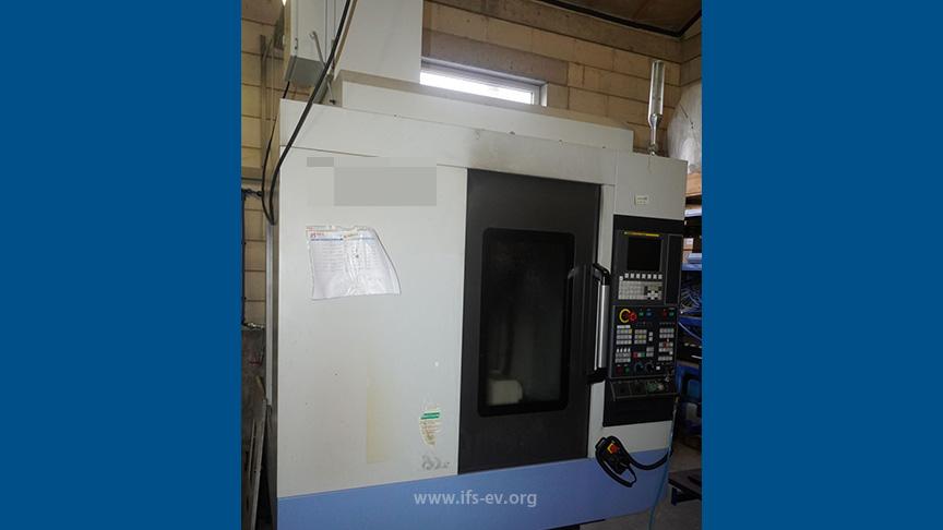 Die Maschine: Hinter der Tür liegt die Arbeitskabine mit der CNC-Fräse.