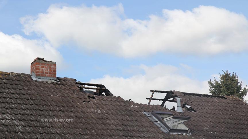 Unter dem zerstörten Teil des Daches liegt das Badezimmer.