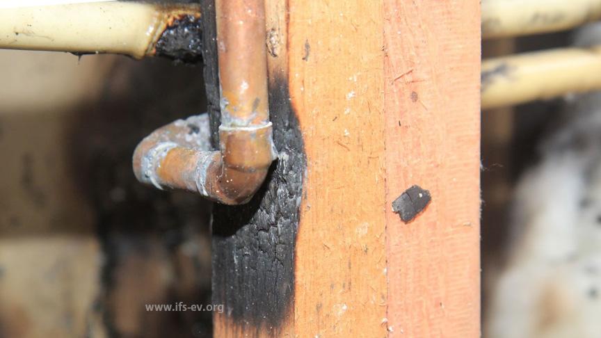 Detailaufnahme einer Lötstelle, an der das Holz verbrannt ist
