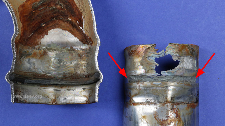 Im Bereich des Dichtringsitzes ist das Rohrmaterial muldenförmig abgetragen (Pfeile). Auch darüber liegt im wasserberührten Spalt ein massiver Materialabtrag vor.
