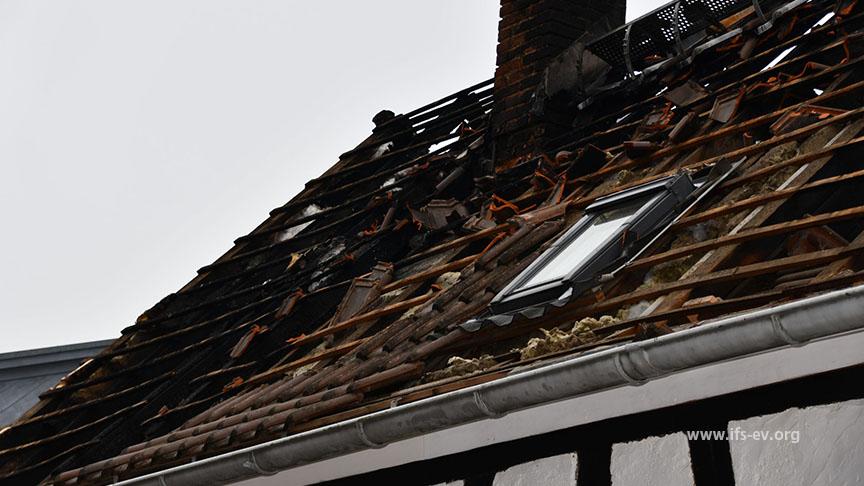 Der Dachstuhl des Fachwerkhauses wurde weitgehend zerstört.