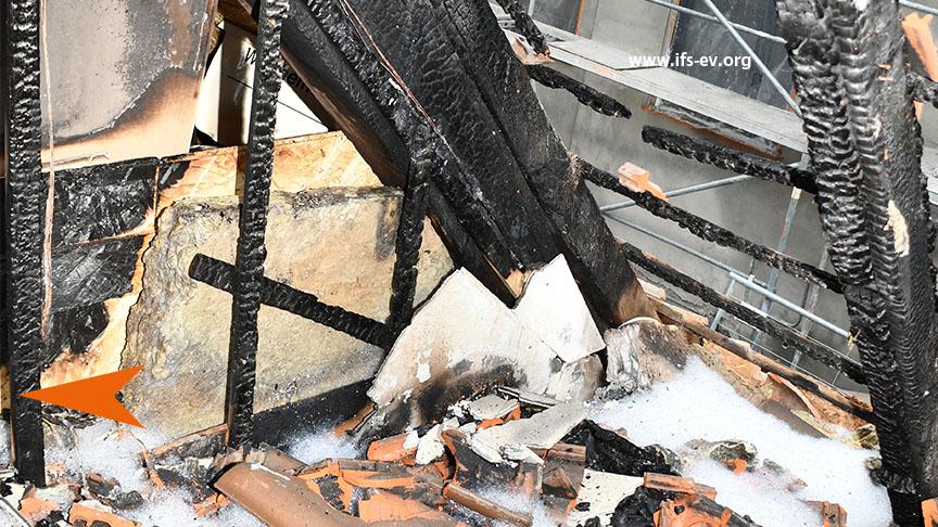 Der Brandschwerpunkt: Links im Bild ist ein Brandtrichter an einer Spanplatte zu sehen. Am Fußpunkt waren die Steckdosen installiert (Peil).