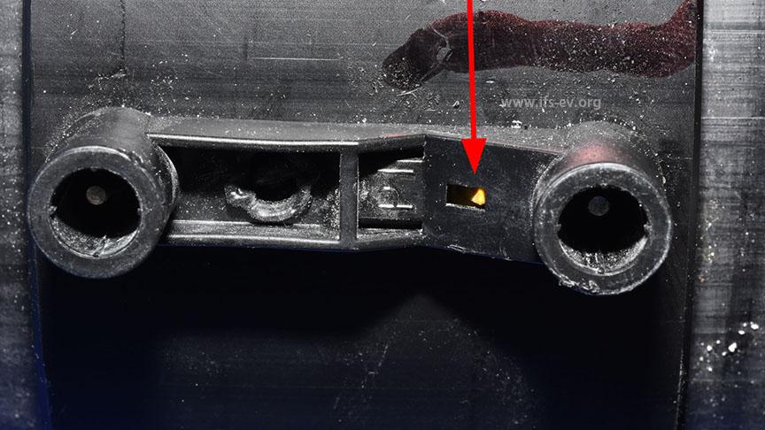 Detailaufnahme der Muffe: Links und rechts die runden elektrischen Steckanschlüsse. Der gelbe Indikator (Pfeil) ist nicht hervorgetreten. Dies zeigt an, dass kein Schweißvorgang erfolgt ist.