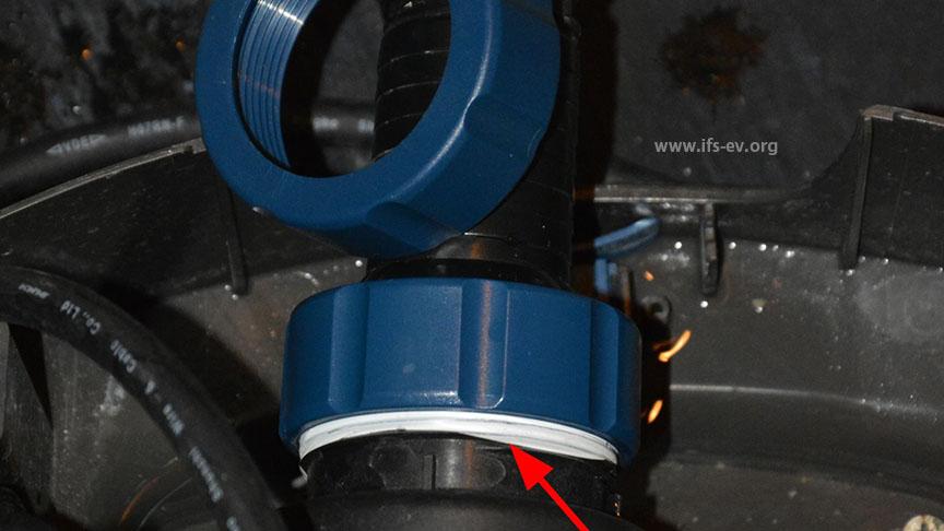 Die beschädigte und eine neue Überwurfmutter. Es wurde zusätzliches Dichtband verwendet (Pfeil).