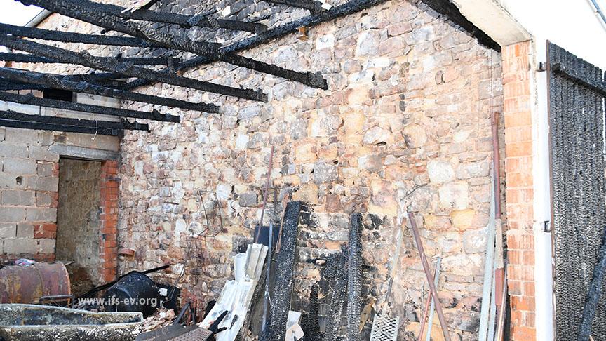 Rechts oben im Bild ist zu erkennen, dass zwei Deckenbalken fehlen, die sich direkt hinter dem rechten Torflügel befanden.