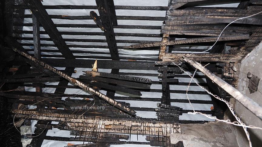 Der Blick vom Treppenpodest nach oben: Auch das Dach über dem Treppenhaus wurde zerstört.
